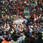 Mii de manifestanți în stradă la Melbourne după închiderea șantierelor din cauza pandemiei